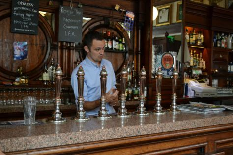 barman-dave-at-the-swan